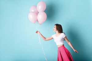 Femme avec des ballons roses