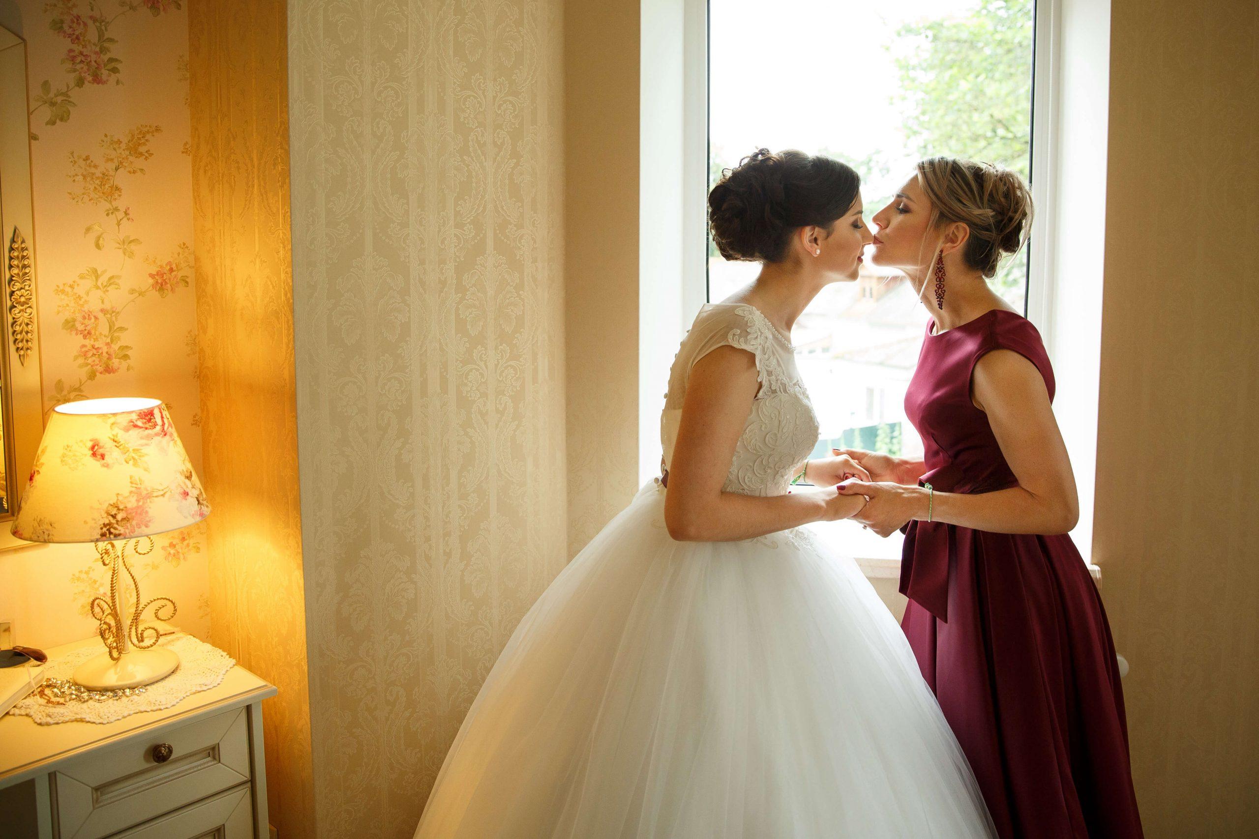 Mère de la mariée embrassant sa fille