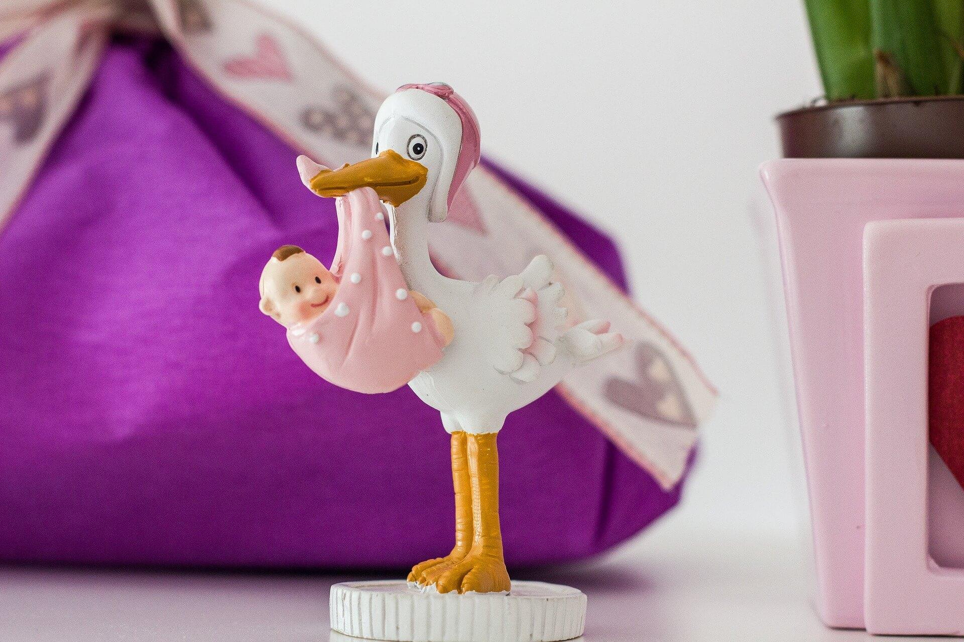 Décoration d'une fête de naissance : cigogne avec bébé