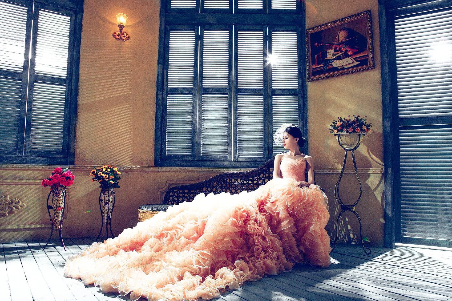 Robe de mariée orangé pastel pour une femme de 50 ans